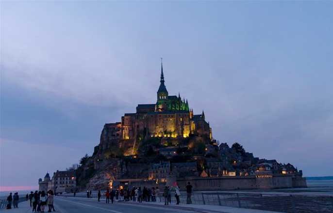 mont-saint-michel-de-nuit