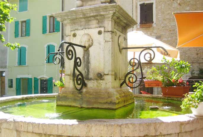 fontaine-centre-ville-saignon