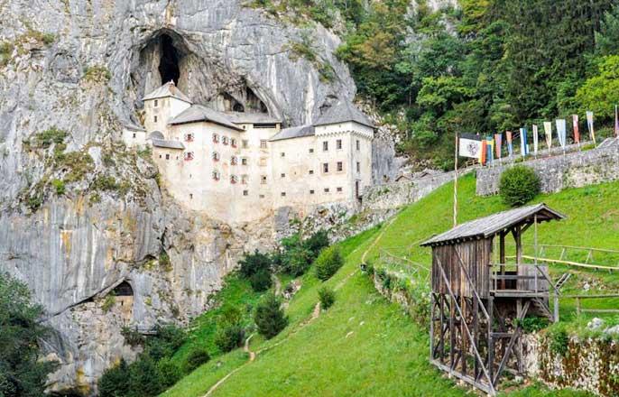chateau-predjama-falaise